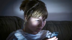 Nuori nainen katsoo älypuhelintaan