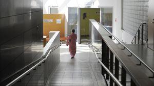 Potilas Meilahden sairaalan käytävällä.
