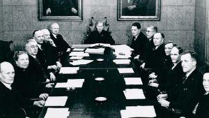 Miina Sillanpää Elannon hallintoneuvoston puheenjohtajana 1945.