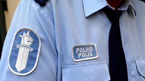 Lähikuvassa poliisin virkapuvun hihamerkki.