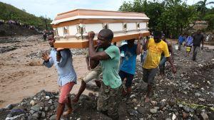 Ihmiset kantoivat arkkua Petit Goavessa Haitilla 5. lokakuuta 2016.