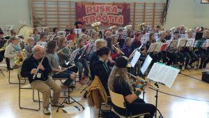 Soitinharrastajat harjoittelevat konserttia varten koulun liikuntasalissa.