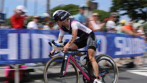 Kaisa Lehtonen ajaa pyörää.