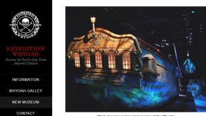 Expedition Whydah -verkkosivun mereirosvologossa pääkallo ja sääriluut, veressä kuva Whydah'n ahterista koristeellisine ikkunoineen.