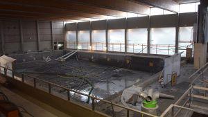 Hämeenlinnan remontissa oleva uimahalli ja yksi kunnostettavista altaista