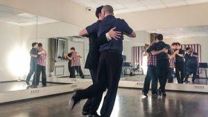 Queer-tangokoulun harjoitukset Moskovassa.