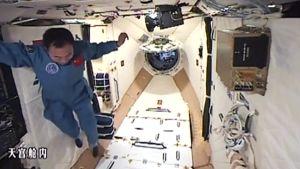 Kiinalainen taikonauti leiju avaruusasemalla.