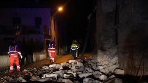 Maanjäristyksen jälkeisiä pelastustöitä Visson lähellä sijaitsevassa Villa Sant'Antonion kylässä 26.lokakuuta 2016.