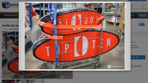 TOP TEN -myymälän kylttejä huutokaupassa.