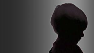 Tumma hahmo, joka muistuttaa pientä lasta.