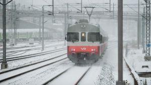 Paikallisjuna Ilmalan asemalla.