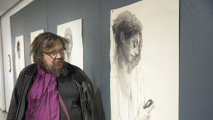 Taiteilija Kuutti Lavonen Craphica Creativa -näyttelyssä Jyväskylässä.