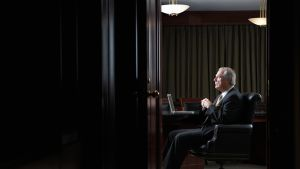Vanhempi mies istuu työhuoneessa.