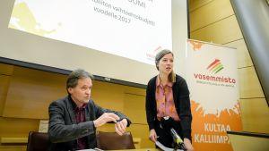 Kari Uotila ja Li Andersson esittelevät vasemmistoliiton varjobudjetin Helsingissä.