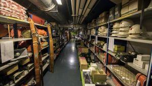 väestönsuojatarvikehuutokauppa kuopio vss-varasto katastrofi valmistautuminen selviytyminen hyllyt tavara