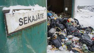 Sekajätteitä kaatopaikalla