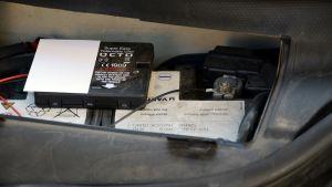 Vakuutusyhtiön asentama musta laatikko autossa.