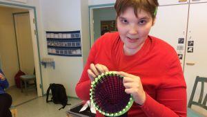 Sonja Finnilä tekee neuleharpulla huivia.