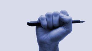 Miehellä kynä nyrkissä