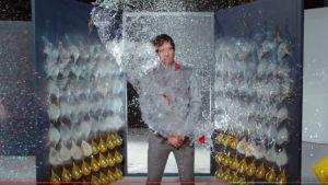 OK Go -yhtyeen laulaja Damian Kulash vesi-ilmapalloryöpytyksen keskellä The One Moment -musavideolla.