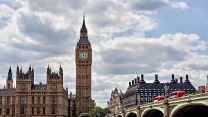 Britannian parlamenttirakennus ja Big Ben Lontoossa.