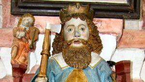 Värikäs patsas kruunupäisestä Olavista.
