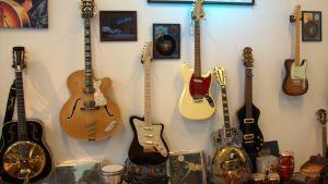Myynnissä olevia keräilijä Matti Rajantien kitaroita.