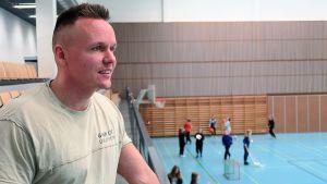 Kalle Manninen Iittalan yhtenäiskoulun liikuntasalissa
