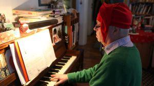 Petter Ohls pianonsa ääressä.