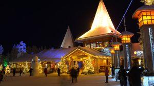 Turistit vierailemassa Joulupukin Pajakylässä Rovaniemen Napapiirillä