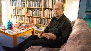 Lasse Lyytikäinen lukee kotisohvallaan