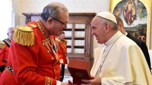 Paavi Franciscus (oik) ja Maltan ritarikunnan suurmestari Matthew Festing Vatikaanissa 23. kesäkuuta 2016.