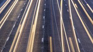 auton valoja tiellä