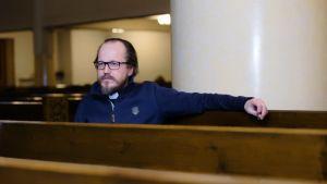 Pastori Kai Sadinmaa Kallion kirkossa.