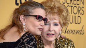 Carrie Fisher ja äitinsä Debbie Reynolds yhteiskuvassa 25.1. 2015.