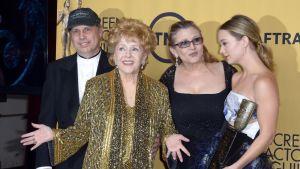 Debbie Reynolds (keskellä) yhdessä tyttärensä Carrie Fisherin (toinen oikealla) ja poikansa Todd Fisherin kanssa Los Angelesissa 25. tammikuuta 2015. Oikealla Carrie Fisherin tytär Billie Lourd.