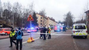 Poliiseja ja paloviranomaisia Siilitiellä.