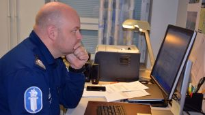 Komisario Joonas Tikka kirjoittaa tiedotetta Salon poliisiasemalla.