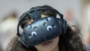 Asiakas kokeilee virtuaalilaseja CES -messuilla Las Vegasissa 7. tammikuuta.