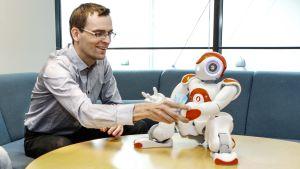 Ville Kyrki ja robotti pöydällä