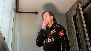 Tamperelainen Jari Hakolinna polttaa tupakkaa vuokra-asuntonsa parvekkeella.