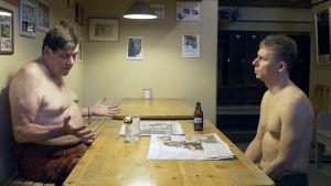 Kaksi miestä keskustelee