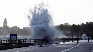 Korkeita aaltoja rantakadulla New Brightonissa 11. tammikuuta.