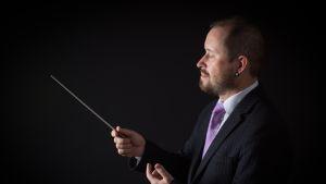 Kuvassa on säveltäjä Janne Ikonen.