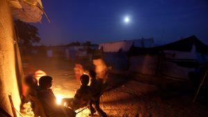 Gazalaisia nuotion ääressä