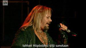 Mötley Crüe toimii sekä englannin että suomen kielellä.