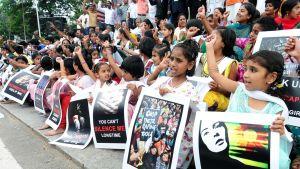 Mielenosoittajat vastustavat lapsiin kohdistuvia rikoksia ja seksuaalista hyväksikäyttöä Intiassa. Mukana on paljon lapsia.