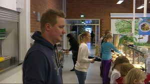 koulunkäynnin ohjaaja Jyri Saarinen Viialan koulun ruokalassa Kouvolan Myllykoskella lasten kanssa