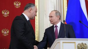 Moldovan presidentti Igor Dodon kättelee Venäjän presidentti Vladimir Putinia yhteisessä lehdistötilaisuudessa Kremlissä, Moskovassa 17. tammikuuta 2017.