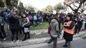 Opettajia ja oppilaita Machiavelli-koulun edustalla Roomassa 5.6 magnitudin järistyksen jälkeen 18. tammikuuta 2017.